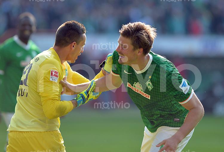 FUSSBALL   1. BUNDESLIGA   SAISON 2013/2014   31. SPIELTAG SV Werder Bremen - 1899 Hoffenhein                   19.04.2014 Torwart Raphael Wolf (li) und Sebastian Proedl (re, beide SV Werder Bremen) jubeln nach dem Abpfiff
