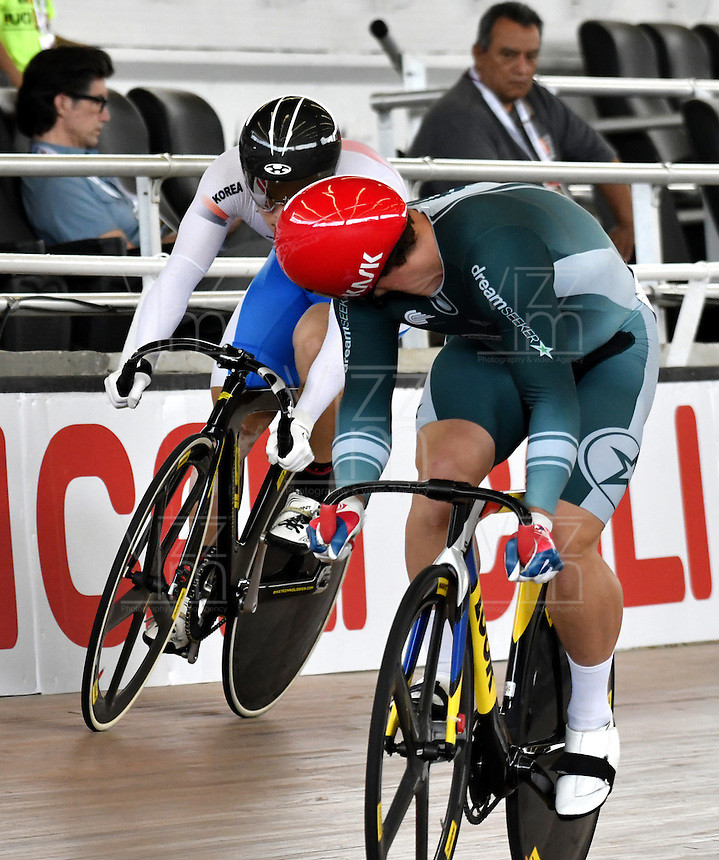 CALI – COLOMBIA – 19-02-2017: Shane Perkins (Der.) del Club DreamSeekers y Chaebin Im (Izq.) de Corea en la prueba de Velocidad hombres en el Velodromo Alcides Nieto Patiño, sede de la III Valida de la Copa Mundo UCI de Pista de Cali 2017. / Shane Perkins (R) from DreamSeekers Club and Chaebin Im (L) from Korea in the Men´s Sprint Race at the Alcides Nieto Patiño Velodrome, home of the III Valid of the World Cup UCI de Cali Track 2017. Photo: VizzorImage / Luis Ramirez / Staff.
