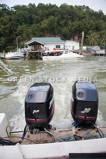 Tell a how to dock a twin engine outboard boat alum for Green boat and motor