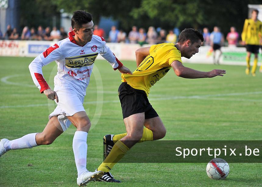 SC Menen - FC Gullegem : Arne Dutry aan de bal voor Mitch Voet (links)<br /> foto VDB / Bart Vandenbroucke