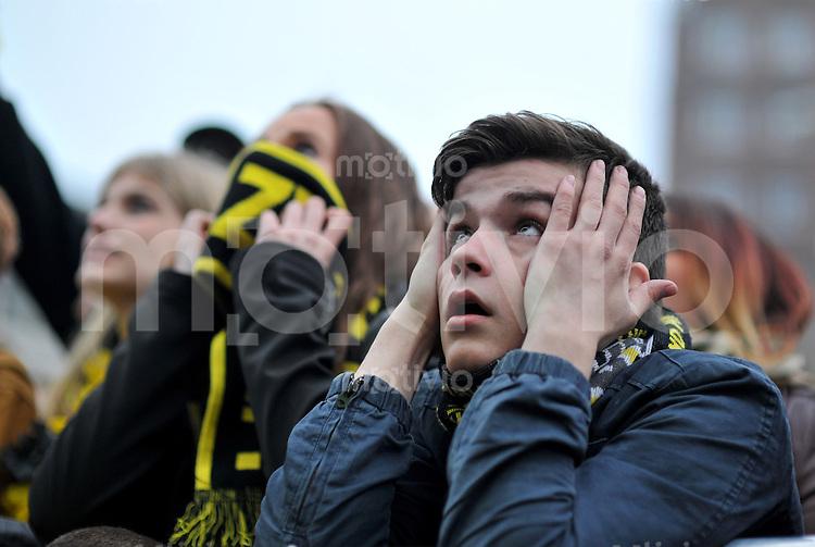 FUSSBALL  CHAMPIONS LEAGUE  SAISON 2012/2013  FINALE  Public Viewing anlaesslich des Champions League Finale 2013 am 25.05.2013 auf den Friedensplatz in Dortmund: Fans von Borussia Dortmund fiebern mit ihrer Mannschaft