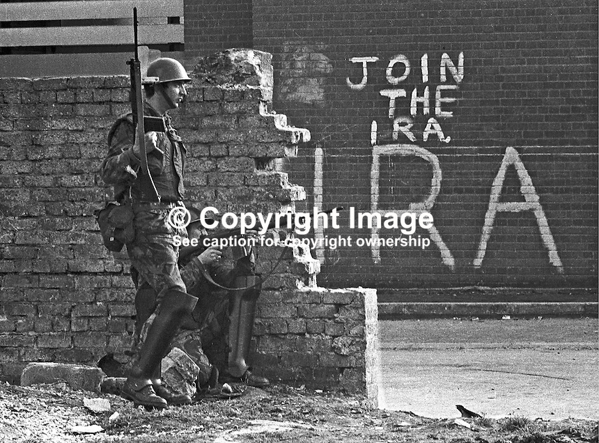 Soldiers with rifles in Bogside area of Londonderry, N Ireland, UK. Join the IRA sign in background. September 1969. 196909000365.<br /> <br /> Copyright Image from Larry Doherty c/o Victor Patterson, 54 Dorchester Park, Belfast, UK, BT9 6RJ<br /> <br /> t: +44 28 90661296<br /> m: +44 7802 353836<br /> vm: +44 20 88167153<br /> e1: victorpatterson@me.com<br /> e2: victorpatterson@gmail.com<br /> <br /> For my Terms and Conditions of Use go to www.victorpatterson.com