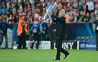 FUSSBALL   SAISON 2011/2012   CHAMPIONS LEAGUE FINALE FC Bayern Muenchen - FC Chelsea  19.05.2012 Paul Breitner (Bayern) bringt den Pokal ins Stadion