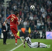 FUSSBALL  CHAMPIONS LEAGUE  VIERTELFINALE  RUECKSPIEL  2012/2013      Juventus Turin - FC Bayern Muenchen        10.04.2013 Mario Mandzukic (li, FC Bayern Muenchen) gegen Kwadwo Asamoah (re, Juventus Turin)