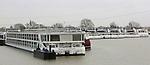 Foto: VidiPhoto<br /> <br /> DODEWAARD - Scheepswerf Shipcon BV in het Gelderse Dodewaard mag dit jaar opnieuw aan de slag met het technisch onderhoud van een tiental zeer luxe cruiseschepen van Scylla AG uit Zwitserland, de grootste riviercruise-aanbieder van Europa. De varende hotels zijn inmiddels aangekomen in de haven van Dodewaard en worden de komende weken onder handen genomen. Het onderhoud gebeurt in de winterperiode als er geen cruises zijn. De werkzaamheden aan de luxe schepen moeten voor eind maart gereed zijn. Tot die tijd kan Shipcon zo'n 40 mensen aan het werk houden. Voordeel van Shipcon is dat het een relatief grote haven aan de Waal heeft met alle benodigde faciliteiten.