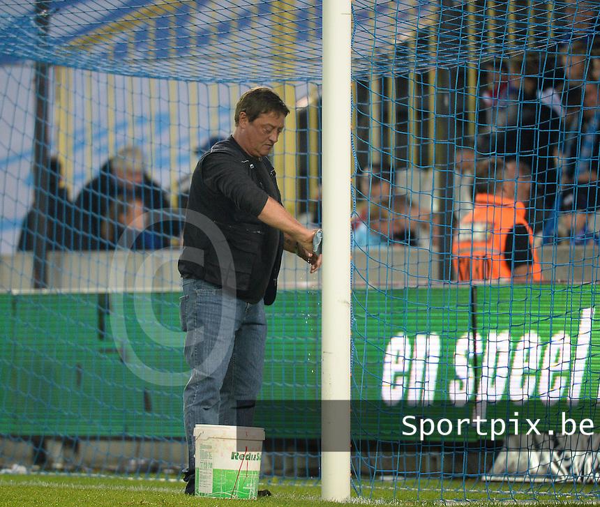 Club Brugge - KV Kortrijk : invetten van het doelkader en de paal tijdens de rust <br /> Foto VDB / Bart Vandenbroucke