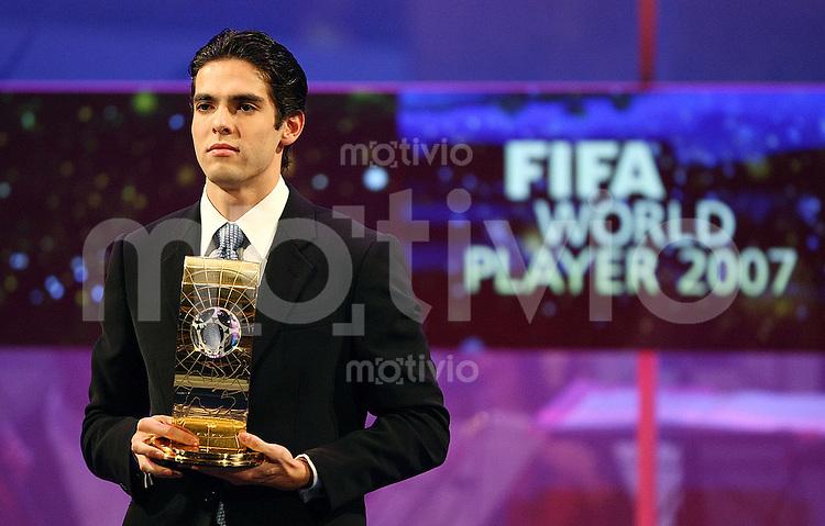 Sport,    Fussball     International    17.12.07 FIFA World Player Gala 2007 KAKA (BRA) haelt die Trophy des FIFA World Player 2007 in den Haenden.