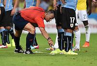 FUSSBALL WM 2014                ACHTELFINALE Kolumbien - Uruguay                  28.06.2014 Schiedsrichter Bjorn Kuipers schaumt sich reine Freistossmauerabstandslinie