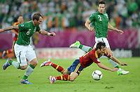 FUSSBALL  EUROPAMEISTERSCHAFT 2012   VORRUNDE Spanien - Irland                     14.06.2012 Glenn Whelan (li) und Sean St Ledger (hinten, beide Irland) gegen David Silva (re, Spanien)