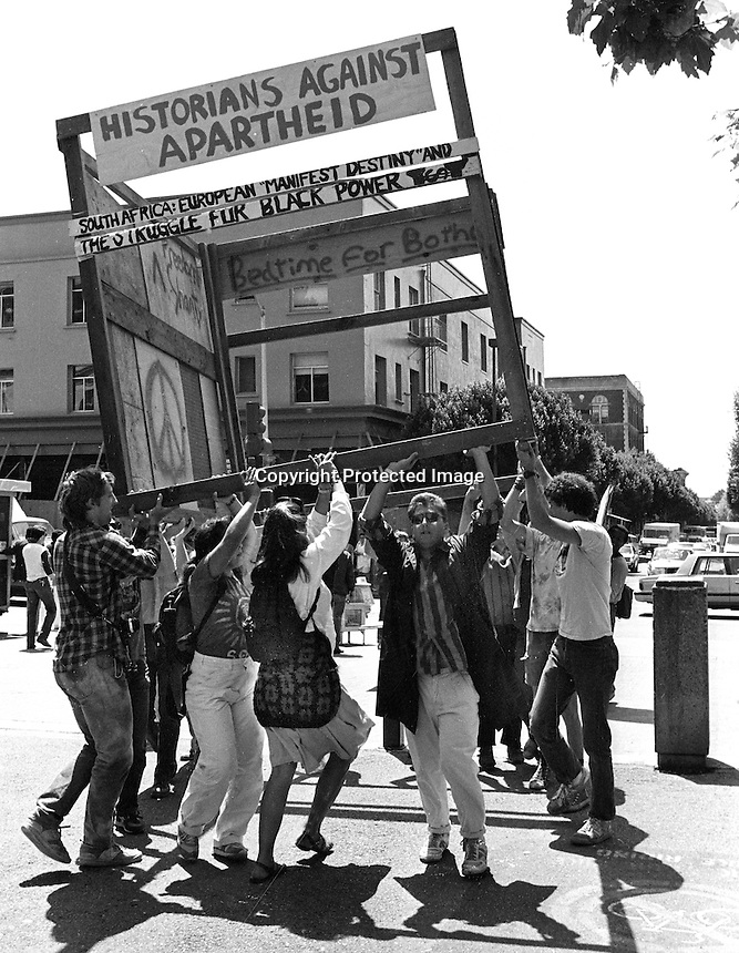 University of California students carry a mock shanty town frame into Sproul Plaza during anti-apartheid demonstrations at the University. April 29.1986.<br />