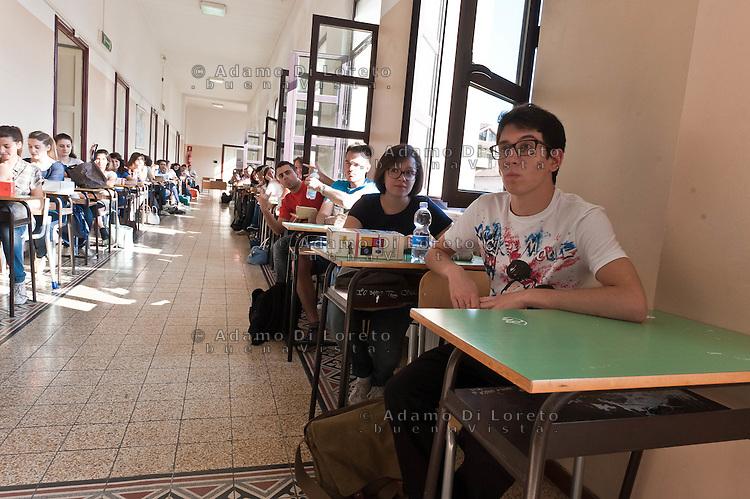 PESCARA 20-06-2012: ESAMI DI MATURITA',  L'INGRESSO DEGLI STUDENTI NEL LICEO GINNASIO GABRIELE D'ANNUNZIO, PER LA PRIMA PROVA DI ITALIANO. NELLA FOTO  GLI STUDENTI SEDUTI AI BANCHI DI SCUOLA PRONTI A SOSTENERE L'ESAME. FOTO DILORETO ADAMO
