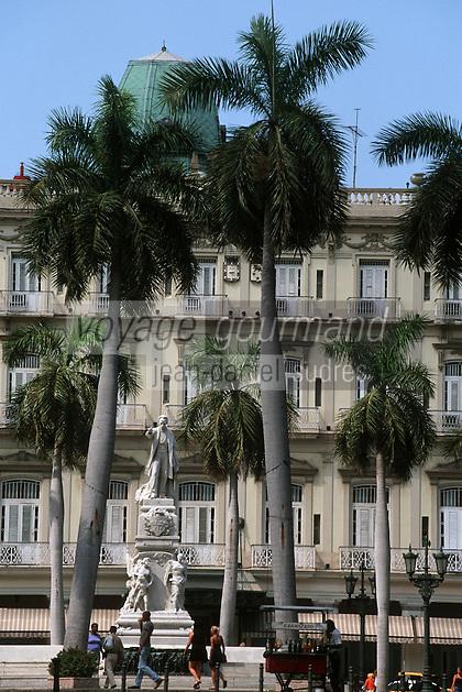 """Cuba/La Havane: Parque Central - Le Prado - Statue de Jose Marti palmiers et façade hôtel """"Inglaterra"""". Leader indépendantiste, Marti lutta pour l'indépendance de Cuba au XIX ème siècle"""