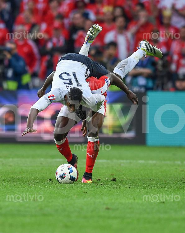 FUSSBALL EURO 2016 GRUPPE A IN LILLE Schweiz - Frankreich     19.06.2016 Breel Embolo (Schweiz)  schultert Paul Pogba (Frankreich)