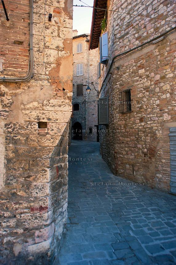 Gubbio, Edifici  in via del Carmigliano