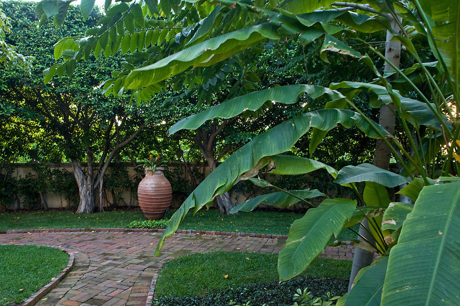 Rakolta Garden by Sanchez and Maddux, Palm Beach Florida as seen in Garden Design Magazine. Photo by Robin Hill (c)
