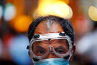 A pro-democracy protester wears protective goggles as he mans a barricade at Mongkok shopping district in Hong Kong October 23 2014. Hong Kong students and Occupy Central protesters have taken to the streets of the former British colony for nearly a month, pushing for wider democracy. The city returned to Chinese rule in 1997.   REUTERS/Damir Sagolj (CHINA)