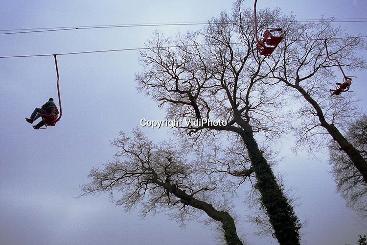 Foto: VidiPhoto..DOORWERTH - Het wintersportseizoen zit er nauwelijks op, of men zoekt weer een mogelijkheid om in een kabelbaan te kruipen. Bij restaurant annex .speeltuin De Westerbouwing in Doorwerth kan dat. De Westerbouwing, gelegen op een heuvel aan de noordzijde van de Rijn,  is inmiddels internationaal bekend vanwege zijn spectaculaire uitzicht op de Betuwe. Een paar honderd meter naar het Oosten bevindt zich de plek waar in 1944 Airborne luchtlandingstroepen de oversteek maakten naar Driel in de Betuwe. Die ontsnappingspoging in de nacht was nodig omdat een poging om de brug bij Arnhem te veroveren op de Duitsers mislukte....