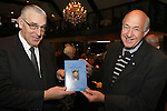 Foto: VidiPhoto<br /> <br /> ECHTELD - Overhandiging van het boek &quot;Rondom een reformator&quot; van de uitgever (links) aan schrijver dr. C. R. van den Berg in de Oude Duikenburg in Echteld.