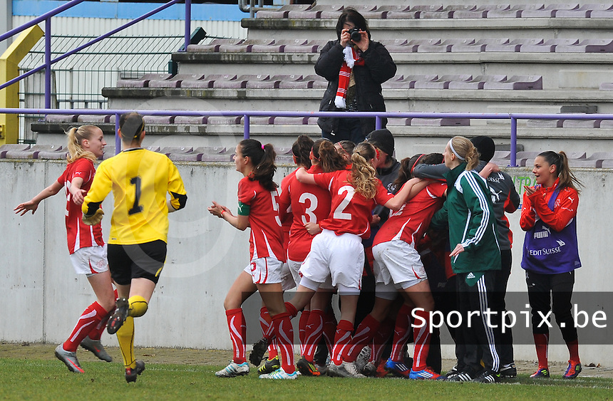 UEFA Women's Under 17 Championship - Second Qualifying round - group 1 : England - Switzerland : .Sabrina Ribeaud scoort de 0-1 voor Zwitserland en viert met haar ploegmaats.foto DAVID CATRY / Vrouwenteam.be