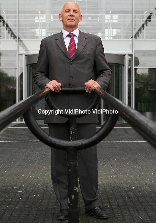 Foto: VidiPhoto<br /> <br /> WAGENINGEN - Aalt Dijkhuizen stopt na twaalf jaar als voorzitter van de raad van bestuur van Wageningen UR (University &amp; Research centre). Hij zei dat maandag in zijn toespraak bij de opening van het academisch jaar. Dijkhuizen kreeg na zijn toespraak een staande ovatie. Op zijn toespraak die Dijkhuizen vorig jaar bij de opening hield, kwam veel kritiek. Hij pleitte voor intensievere landbouw om de voedselcrisis op te lossen. Biologische landbouw zou daarvoor niet geschikt zijn. Enkele jaren geleden kwam Dijkhuizen in het nieuws doordat hij met 313.000 euro de bestverdienende bestuurder in het onderwijs was. Veel publiciteit ontstond ook tijdens zijn twitteroorlog met de Nijmeegse sociaal-psychologe Roos Vonk, na de fraude van hoogleraar Dierik Stapel. &quot;Niet de vleeseters maar de betrokken onderzoeker(s?) blijken hufters te zijn...&quot;, aldus Dijkhuizen.