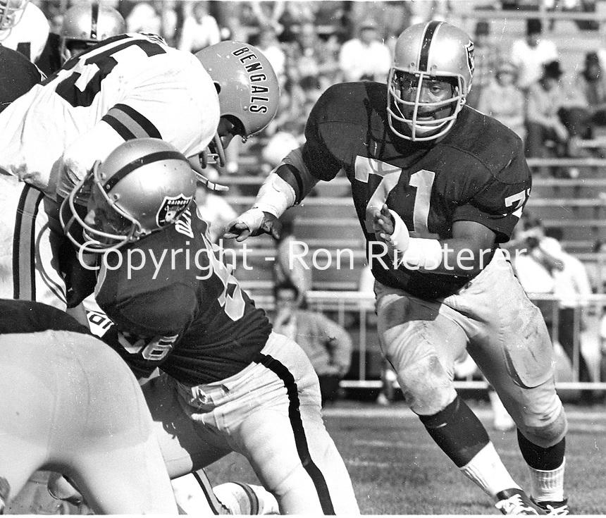 Oakland Raiders vs the Cincinnati Bengals#71 Al Dotson. (1968 photo/Ron Riesterer)