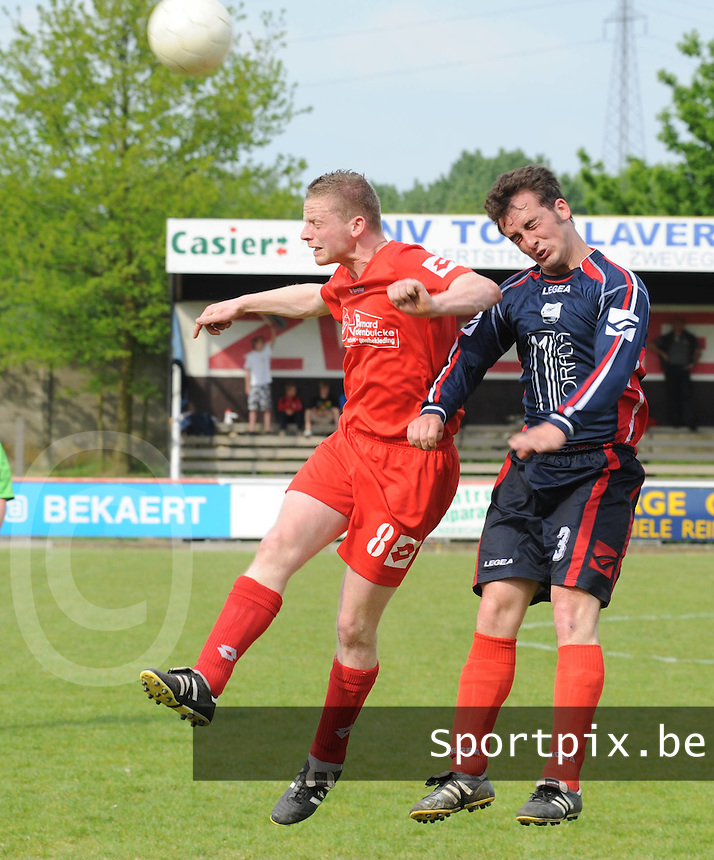 Zwevegem Sport - KVK Avelgem..Mathieu Dosquet (links) in luchtduel met Jonathan Van Hamme (rechts)..foto David Catry / VDB