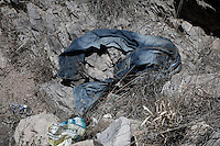 Sonora desert Mexico Arizona  illegal mexican immigrants Traces, objects let during the desert march<br /> Tracce, jeans abbandonati durante la traversata del deserto da immigrati clandestini messicani nel tentativo di espatriare illegalmente negli Stati Uniti