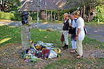 Nederland, Grolloo, 01-10-2011  Fans bekijken de bloemen bij het standbeeld van de op 26 oktober overleden blues legende Harry Muskee zanger van de bluesband Cuby and the Blizzards. Flowers next tot the statue of dutch blues legend Harry Muskee who died october 26 th.FOTO: Gerard Til
