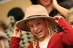 Foto: VidiPhoto<br /> <br /> GORINCHEM &ndash; Duizenden orthodoxe christenen komen dinsdag naar Gorinchem voor de zogenoemde Familiedagen, een driedaagse gezinsbeurs voor de reformatorische gezindte. De stands en activiteiten zijn afgestemd op de interessesfeer van deze doelgroep. Dat zijn duurzame spullen, orgels, degelijke kleding als hoedjes, rokken en jurken, meubels, CD&rsquo;s en boeken. De Familiedagen zijn ook bedoeld voor onderlinge ontmoeting en het bijwonen van verantwoorde concerten en lezingen. Binnen de reformatorische gezindte strijden twee grote gezinsbeurzen om de gunst van de kerkganger: de Familiedagen en Wegwijs. Die laatste is groter van opzet. Bij de eerste beurs is eten en drinken bij de entreeprijs inbegrepen. En dat is wat enorm populair is, gezien de grote gezinnen in de reformatorische kerken. Naar verwachting komen er zo&rsquo;n 30.000 bezoekers op de Familiedagen in Gorinchem af. Familiedagen trekt ieder jaar meer bezoekers, Wegwijs steeds minder.