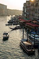 Le Grand Canal en fin de journee depuis le pont du Rialto..(Venise, Octobre 2006)