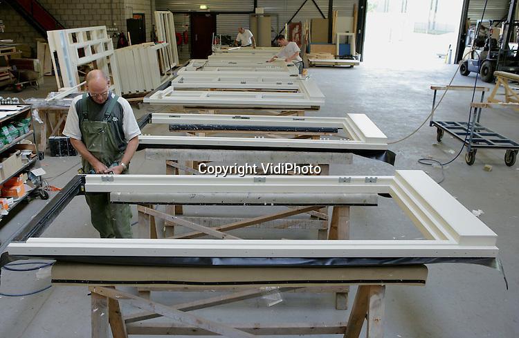 Foto: VidiPhoto..BEUGEN - Personeel van kozijnenfabriek Woodfactor aan het werk in de fabriekshal.