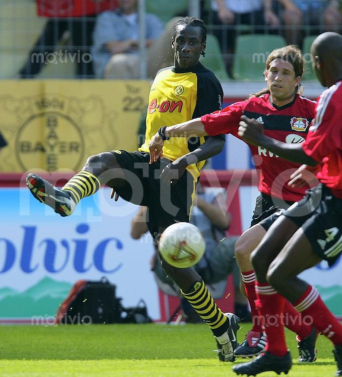 FUSSBALL 1. Bundesliga Saison 2002/2003 Bayer Leverkusen 1-1 Borussia Dortmund   Otto Addo (BVB,li) gegen Diego Placente (Bayer)