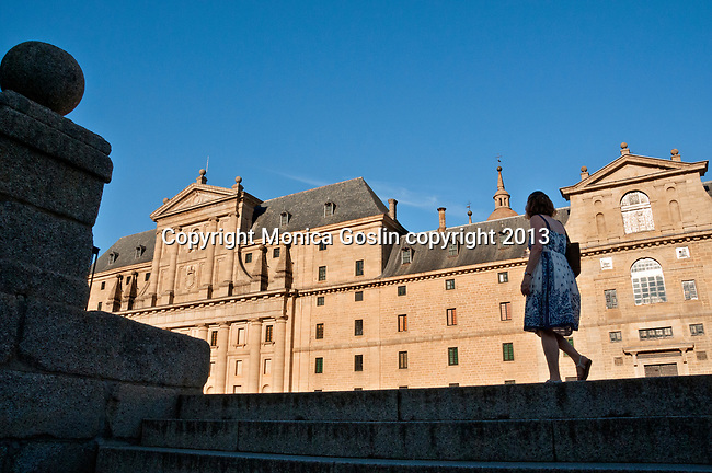 El Escorial is a historical residence of the kind of Spain and serves as a royal palace, museum, school and monastery that date back to the 16th and 17th centuries