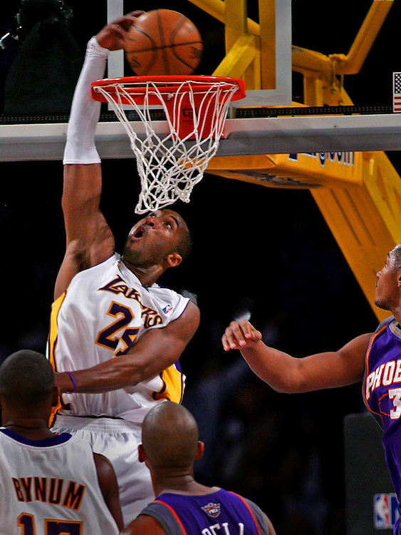 Laker Kobe Bryant blow past Phoenix Sun ?.Boris Diaw, right, and throws down a reverse dunk vs. Phoenix Suns with three seconds left in the third quarter at the Staples Center in Los Angeles Tuesday December 25, 2007. Looking on is Laker Andrew Bynum, bottom left, and Phoenix's Raja Bell.