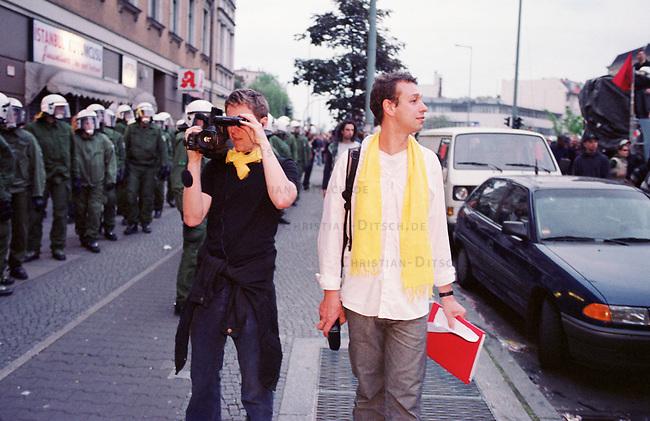 Mehr als 10.000 Menschen kamen zur sogenannten Revolutionaeren 1. Mai-Demonstration nach Berlin-Kreuzberg.<br /> Hier: Neutrale Beobachter dokumentieren den Polizeieinsatz und die Demonstration.<br /> 1.5.2000, Berlin<br /> Copyright: Christian-Ditsch.de<br /> [Inhaltsveraendernde Manipulation des Fotos nur nach ausdruecklicher Genehmigung des Fotografen. Vereinbarungen ueber Abtretung von Persoenlichkeitsrechten/Model Release der abgebildeten Person/Personen liegen nicht vor. NO MODEL RELEASE! Nur fuer Redaktionelle Zwecke. Don't publish without copyright Christian-Ditsch.de, Veroeffentlichung nur mit Fotografennennung, sowie gegen Honorar, MwSt. und Beleg. Konto: I N G - D i B a, IBAN DE58500105175400192269, BIC INGDDEFFXXX, Kontakt: post@christian-ditsch.de<br /> Bei der Bearbeitung der Dateiinformationen darf die Urheberkennzeichnung in den EXIF- und  IPTC-Daten nicht entfernt werden, diese sind in digitalen Medien nach &sect;95c UrhG rechtlich gesch&uuml;tzt. Der Urhebervermerk wird gemaess &sect;13 UrhG verlangt.]