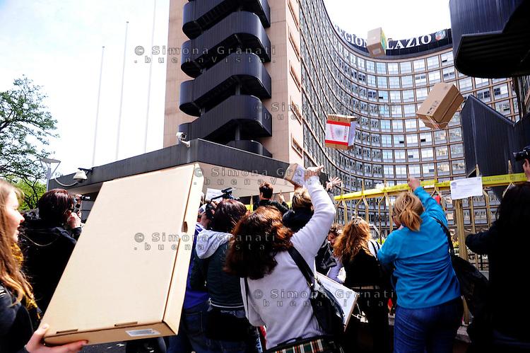 Roma, 14 aprile 2011.Manifestazione delle donne con corteo dal consultorio di Voia dei Lincei alla sede della Regione Lazio per protestare contro la riforma dei Consultori presentata dalla consigliera regionale Olimpia Tarzia e consegnare le 80.000 firme raccolte..Le manifestanti gettano le scatole con le firme all'interno della sede Regione Lazio.