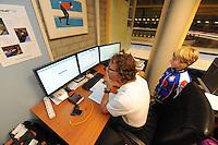 SCHAATSEN: HEERENVEEN: 05-10-2013, IJsstadion Thialf, Weekend van de Wetenschap, Aart van der Wulp (Labmanager InnoSportLab Thialf), Alieke Jonkman (STG De Pinguins) uit Dearsum kijkt mee, ©foto Martin de Jong