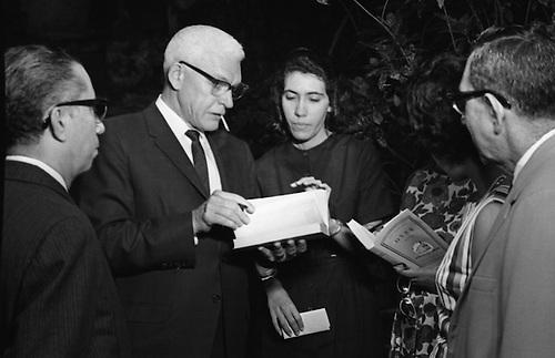 Emilio Rodríguez Demorizi, Juan Bosch, Julio D. Postigo, y la Sra. Marrero en la Librería Dominicana, 1963.  © OGM