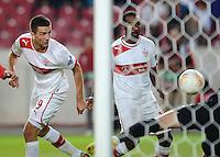 FUSSBALL   EUROPA LEAGUE   SAISON 2012/2013   20.09.2012 VfB Stuttgart - FC Steaua Bukarest Vedad Ibisevic (li, VfB Stuttgart) und Cacau (VfB Stuttgart) beobachten