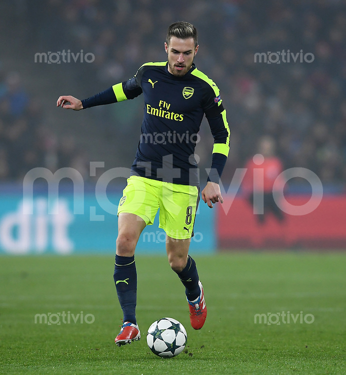 FUSSBALL CHAMPIONS LEAGUE SAISON 2016/2017 GRUPPENPHASE FC Basel - Arsenal London            06.12.2016 Aaron Ramsey (Arsenal) am Ball