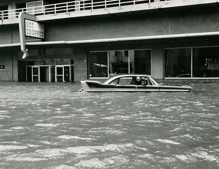 1962  March  08..Historical         ..1962 NORFOLK FLOODING..CLIFTON GUTHRIE.NEG#.961-G..
