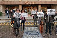 Roma 30 Novembre 2012.INPS - Io Non Posso Saldare.Lavoratori indipendenti e  precari hanno manifestato davanti alla sede del INPS  contro il versamento dell'acconto d'imposta, il secondo acconto ,non rateizzabile,di tasse e contributi. Si tratta di un anticipo dei versamenti contributivi per l'anno 2012, anno non acora terminato e per il queale non è stata ancora fatto la dichiarazione dei redditi.Praticamente bisogna pagare,indipendentemente da quanto si ha effetivamente lavorato e fatturato...