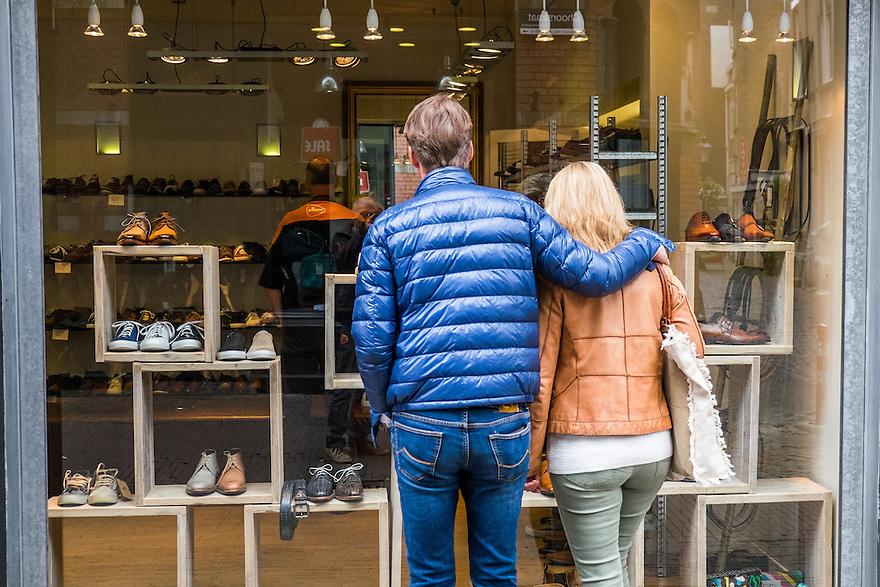 Nederland, Utrecht, 16 juni 2015 <br /> Stel kijkt in etalage van schoenenwinkel <br /> <br />  Foto: Michiel Wijnbergh