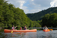 France, Auvergne, Sioule River, family canoeing (Licence this image exclusively with Getty: http://www.gettyimages.com/detail/200482376-001 )