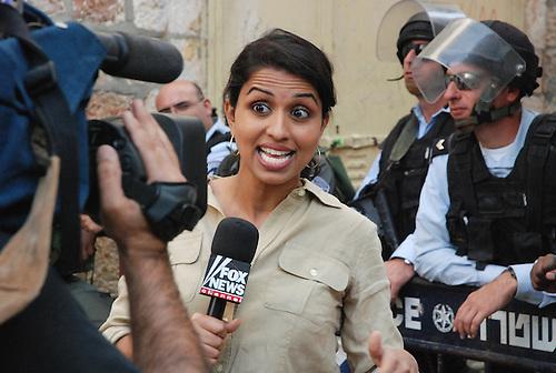 Jerusalem, Oct 2009. Une journaliste de fox news commente un attaque a la bombe qui vient d'avoir lieu