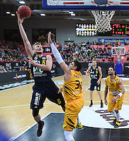 Basketball  1. Bundesliga  2016/2017  Hauptrunde  14. Spieltag  16.12.2016 Walter Tigers Tuebingen - Alba Berlin Niels Giffey (li, Alba) gegen Isaiah Philmore (Mitte, Tigers)