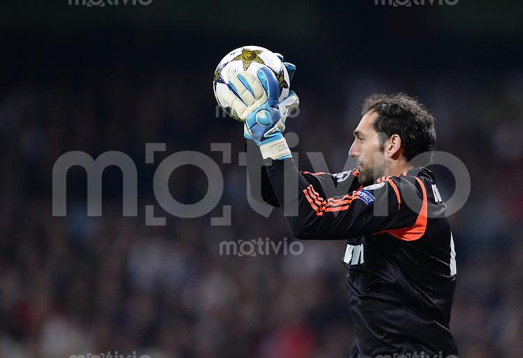FUSSBALL  CHAMPIONS LEAGUE  HALBFINALE  RUECKSPIEL  2012/2013      Real Madrid  - Borussia Dortmund              30.04.2013 Torwart Diego Lopez (Real Madrid) mit Ball