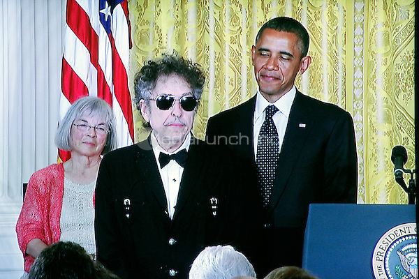 Bob Dylan receives Medal of Freedom from President Obama at the White House in Washington, DC on May 29, 2012  © Star Shooter / MediaPunchInc