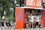 Foto: VidiPhoto<br /> <br /> UDDEL - Bob's IJs, een ijskraam bij de A1 richting Uddel, ligt zwaar onder vuur. Eigenaar Bob Vogelsang moet steeds in discussie met klanten nu via de sociale media de aanval op hem geopend is vanwege zijn wonderlijke ijsbeleid. Mensen zijn verplicht op minimaal twee bolletjes ijs af te nemen. Twee bolletjes is namelijk, aldus Bob, &eacute;&eacute;n smaak. Er moet echter wel per bolletje betaald worden, waardoor een ijsje met meerdere smaken al snel flink in de papieren loopt. Volgens Bob is het echter zo druk bij zijn kraam, dat zijn ijsbeleid een boel wachttijd scheelt. &quot;Weet u hoeveel tijd het kost als mensen een smaak moeten kiezen?&quot; Ondertussen zijn z'n klanten woest en spreken al van &quot;Boblichterij&quot;. Volgens de ijscoboer is het onmogelijk alle klanten tevreden te stellen. &quot;En als het probleem zo groot zo zijn als de mensen zeggen, zou ik het geen 46 jaar volhouden.&quot;