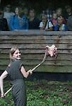 Foto: VidiPhoto<br /> <br /> ARNHEM - In Burgers' Zoo in Arnhem zijn vrijdagmiddag de eerste dierentuinvloggers van Europa gepresenteerd. De 16-jarige Jeanne van den Brink uit Arnhem en de 26-jarige Jeroen Noordzij uit Nijmegen zullen vanaf nu wekelijks hun avonturen voor en achter de schermen van de Arnhemse dierentuin publiceren op het YouTube-kanaal van het dierenpark. Burgers' heeft hiermee een Europese primeur in de dierentuinwereld. Het dierenpark kwam het idee om Video Rangers, zoals ze genoemd worden, in te schakelen omdat vloggen een enorme hype is onder jongeren. De twee vloggers krijgen alle journalistieke vrijheid om hun onderwerpen te presenteren, het moet alleen inhoudelijk en feitelijk correct zijn. De beide Rangers krijgen krijgen voor hun filmwerkzaamheden alleen een onkostenvergoeding. Foto: Jeanne moet ook zelf de handen uit haar mouwen steken.